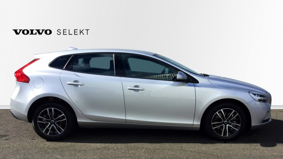 Volvo V40 T2 Momentum Geartronic with a Winter Pack