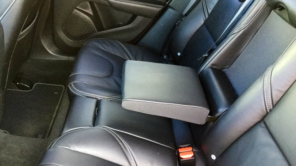 Volvo V40 D2 R-Design Pro Manual (Sat Nav, Rear Park Assist, Full Leather)