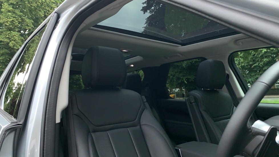 Land Rover Discovery 3.0 SDV6 Anniversary Edition 5dr - Fixed Panoramic Roof - Privacy Glass - 5+2 Seats image 27