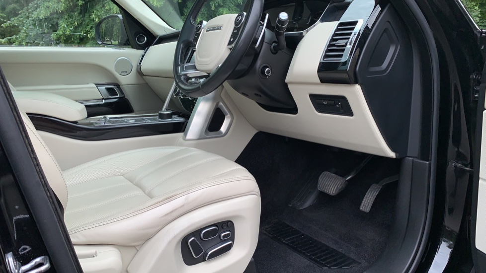 Land Rover Range Rover 4.4 SDV8 Autobiography 4dr - Fixed Panoramic Roof - Privacy Glass -  image 26
