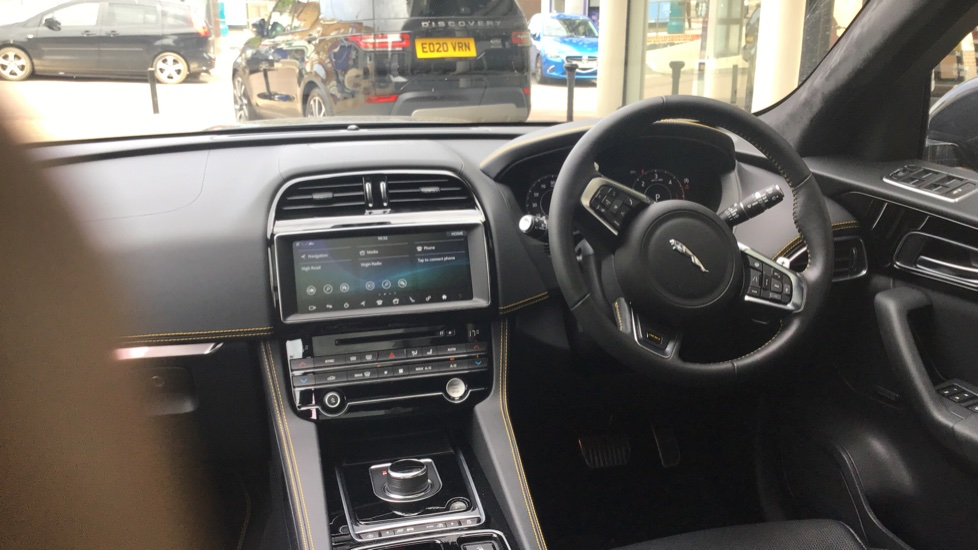 Jaguar F-PACE 3.0d V6 300 Sport 5dr AWD - Sliding Panoramic Roof - Privacy Glass - Demonstrator image 9