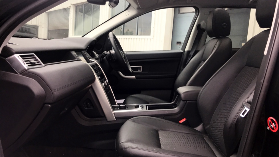 Land Rover Discovery Sport 2.0 TD4 180 SE 5dr - 5+2 Seatings - Privacy Glass - Fixed Panoramic Roof - Nearly New -   image 3