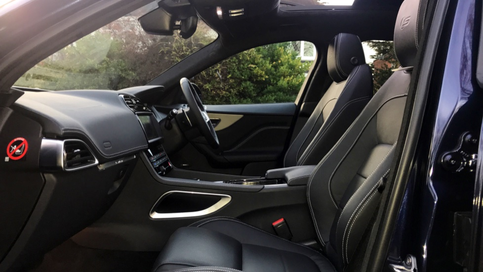 Jaguar F-PACE 3.0d V6 S 5dr AWD - Opening Panoramic Roof - Privacy Glass - Deployable Side Steps -  image 3