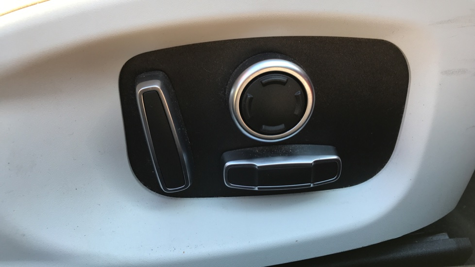 Jaguar XE 2.0d R-Dynamic S with Reverse Camera and Heated Seats image 20