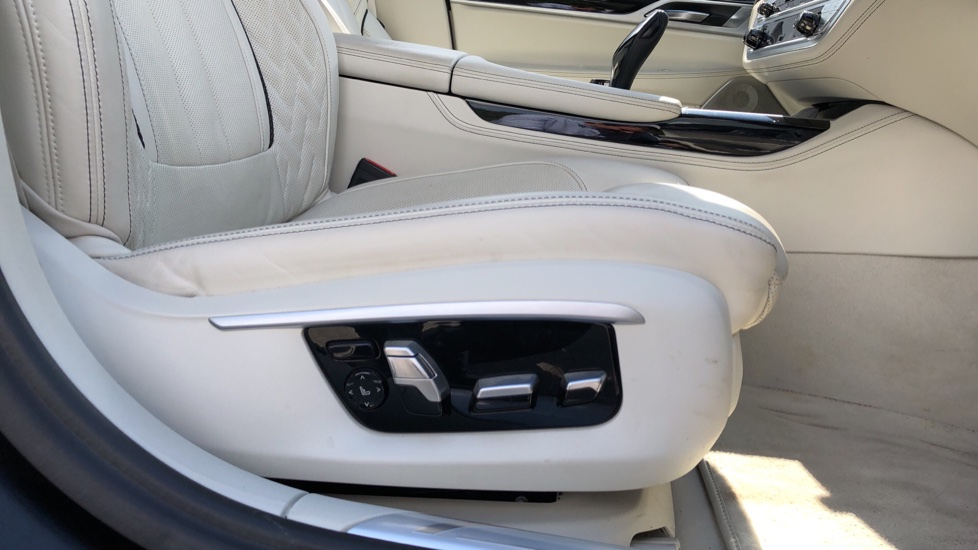 BMW 7 Series M760Li xDrive V12 image 23