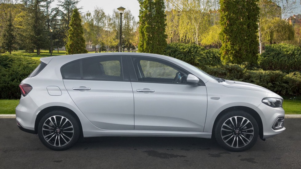Fiat Tipo 1.0 Life 5dr UConnect, Multifunctional Steering Wheel, climate Control image 5