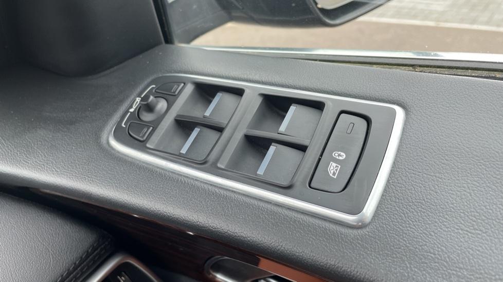 Jaguar F-PACE 2.0d Portfolio 5dr AWD image 13
