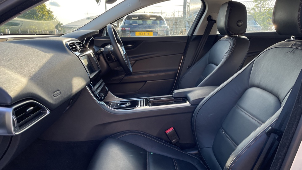 Jaguar XE 2.0 [250] Prestige AWD Privacy glass Heated front seats image 3