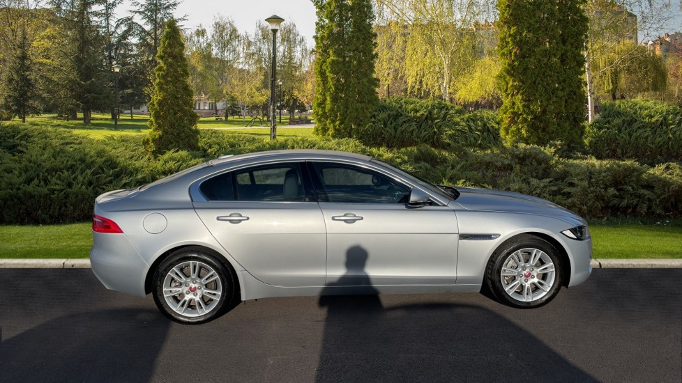 Jaguar XE 2.0 [250] Prestige AWD Privacy glass Heated front seats image 5
