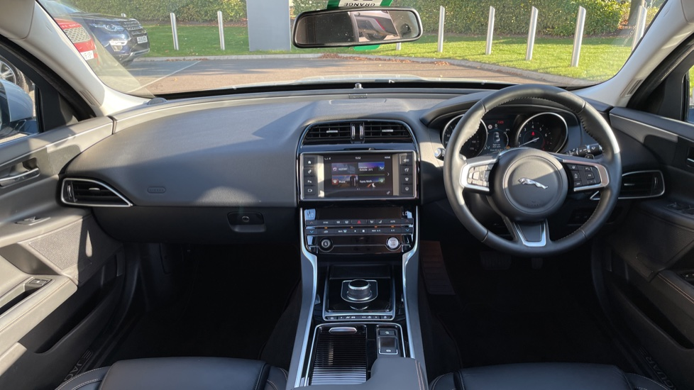 Jaguar XE 2.0 [250] Prestige AWD Privacy glass Heated front seats image 9