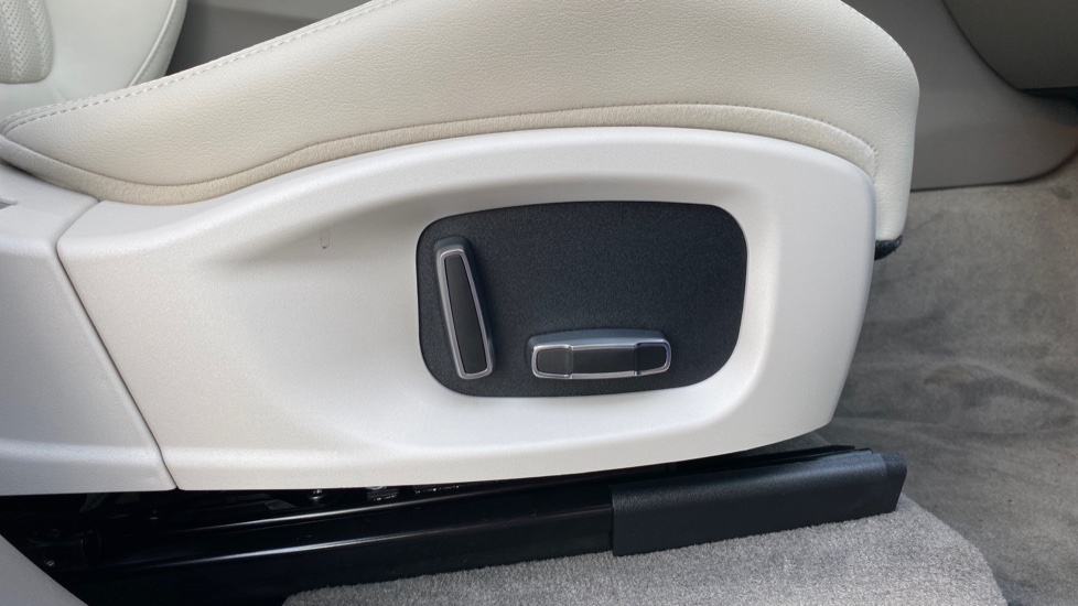 Jaguar F-PACE 2.0 Portfolio 5dr AWD image 15