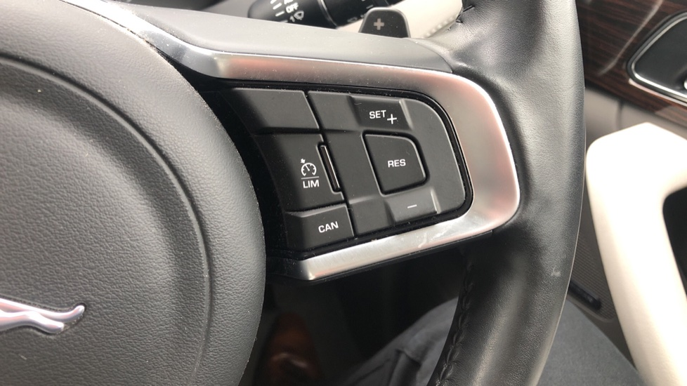 Jaguar F-PACE 2.0d Portfolio 5dr AWD image 17