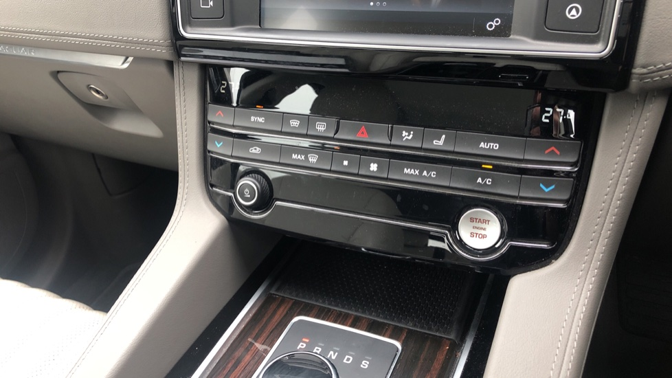 Jaguar F-PACE 2.0d Portfolio 5dr AWD image 29