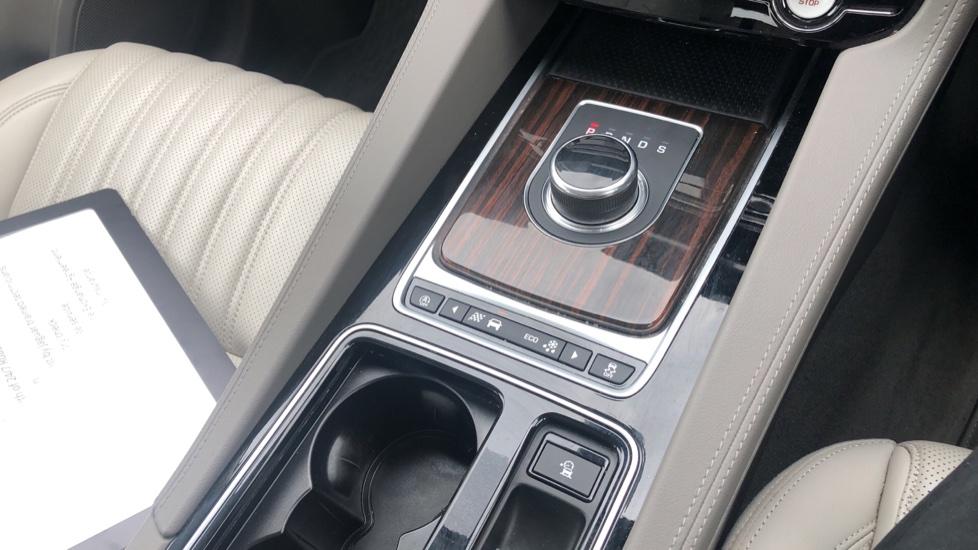 Jaguar F-PACE 2.0d Portfolio 5dr AWD image 30