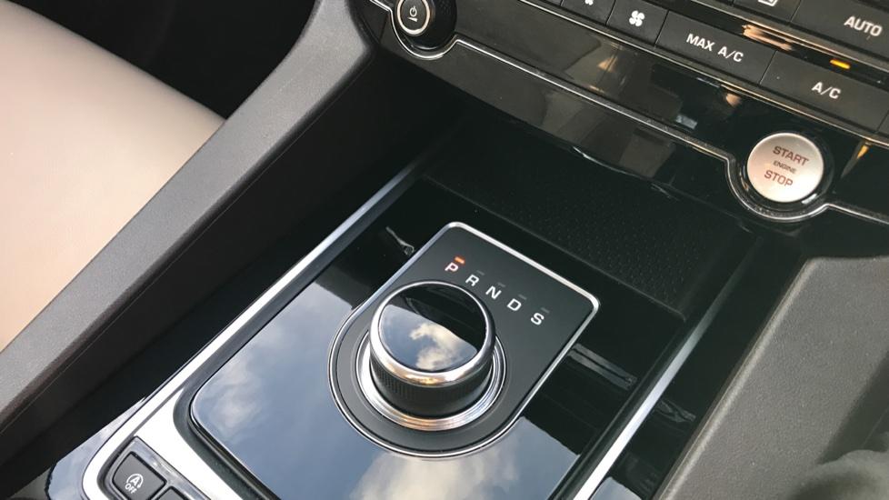 Jaguar F-PACE 2.0d Prestige 5dr AWD image 28