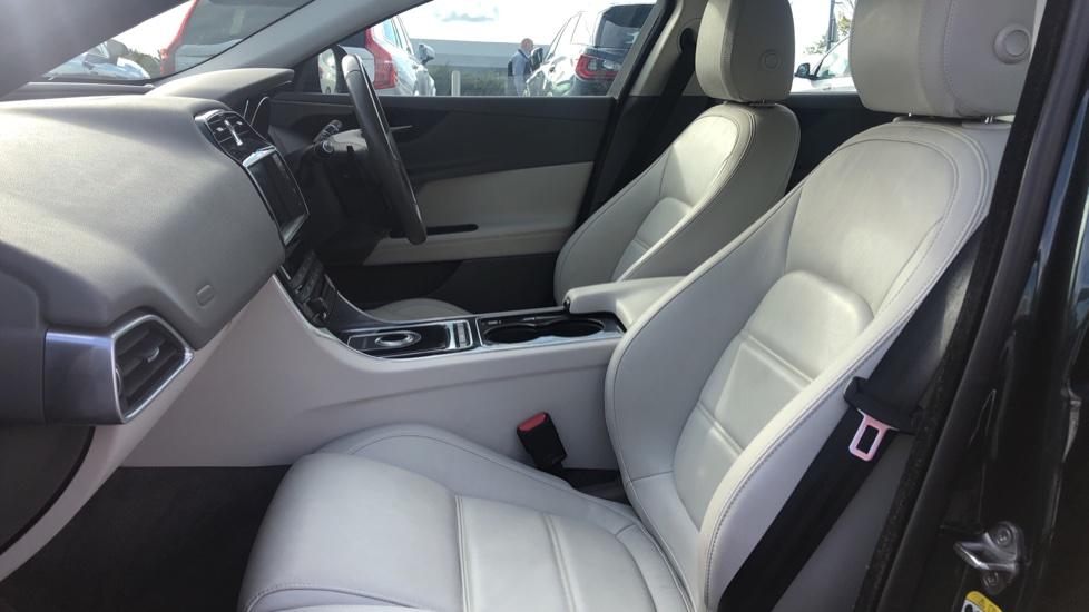 Jaguar XE 2.0d Prestige image 3