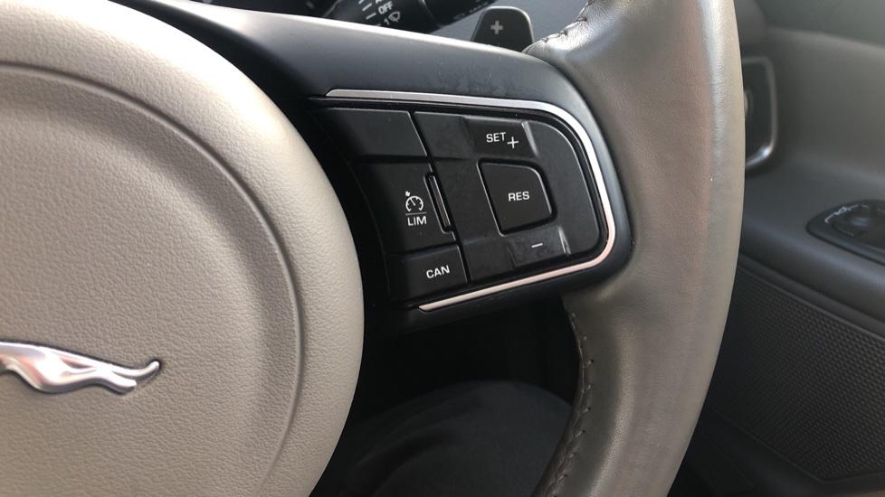 Jaguar XE 2.0d Prestige image 16