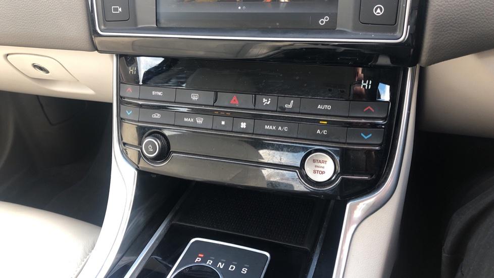 Jaguar XE 2.0d Prestige image 27