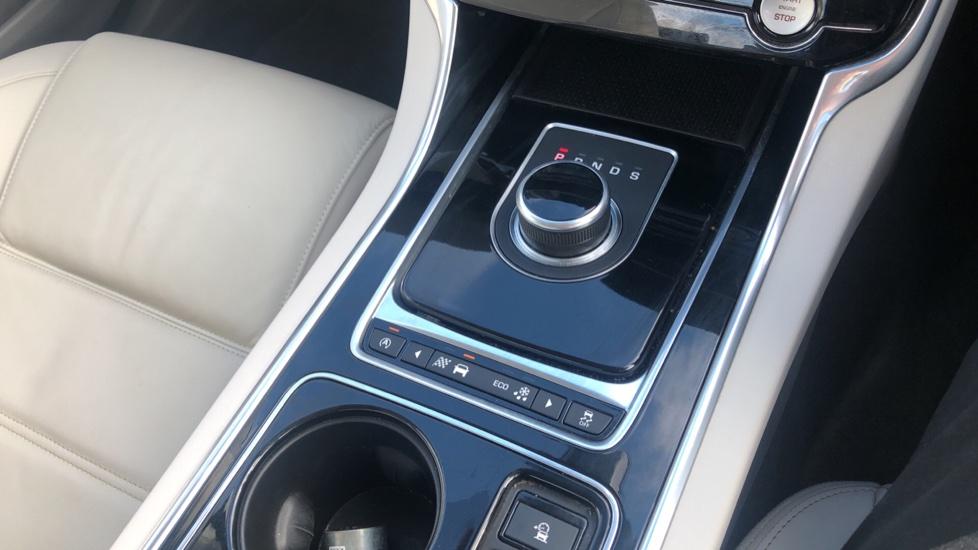Jaguar XE 2.0d Prestige image 28