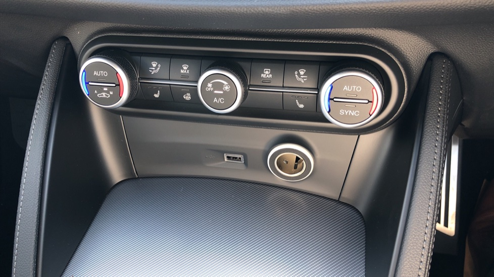 Alfa Romeo Stelvio 2.2 D 210 Veloce 5dr Auto image 26