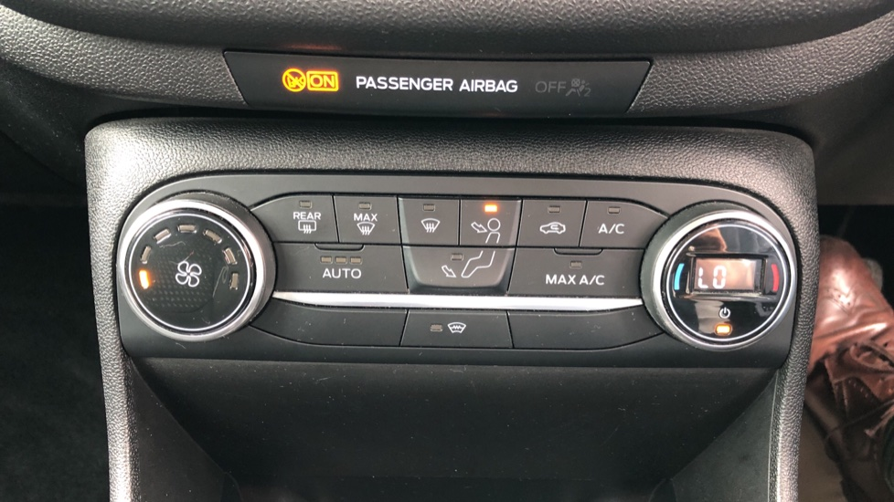 Ford Fiesta 1.0 EcoBoost Titanium with Navigation and Cruise Control image 16