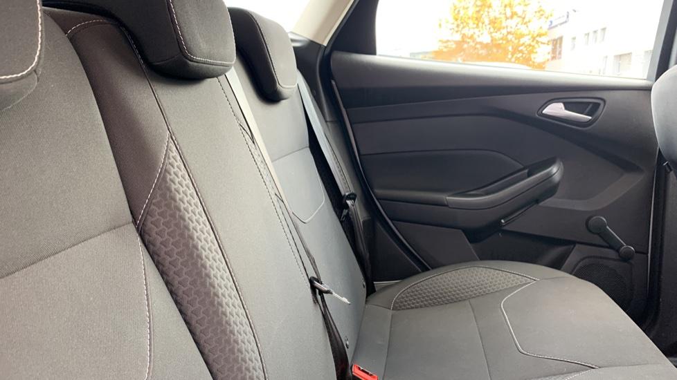 Ford Focus 1.0 EcoBoost Zetec 5dr image 9