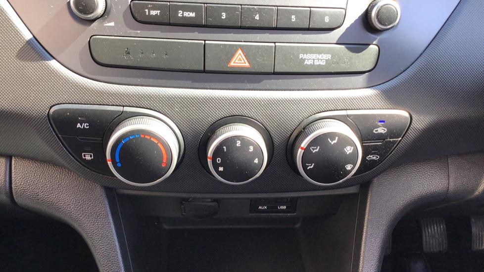 Hyundai i10 1.0 SE 5dr - Air Con, Bluetooth & Cruise Control image 16