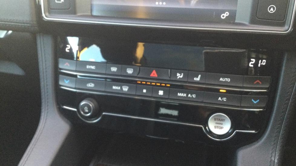 Jaguar F-PACE 2.0 Portfolio 5dr AWD image 26