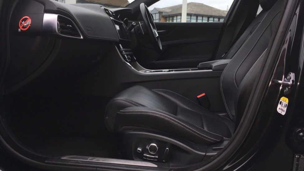 Jaguar XE 2.0d [180] R-Sport AWD Pan Roof and 19 inch Alloys. image 3
