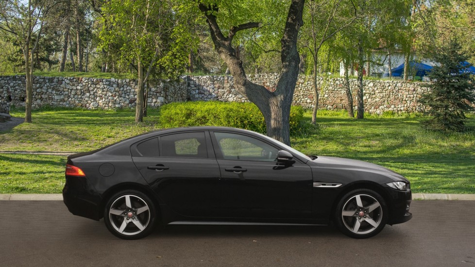 Jaguar XE 2.0d [180] R-Sport AWD Pan Roof and 19 inch Alloys. image 5