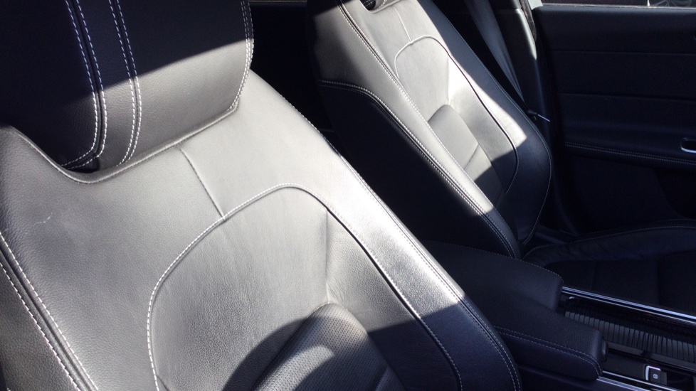 Jaguar XF 2.0d [180] R-Sport AWD - Privacy - Rear Camera -  image 22