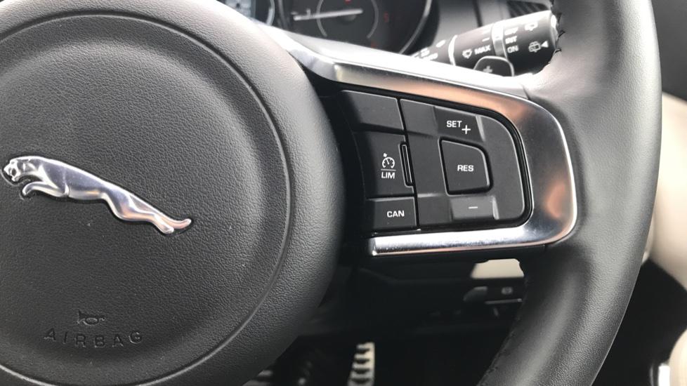 Jaguar E-PACE 2.0d [180] R-Dynamic SE with Rear camera, Meridian Sound System image 19