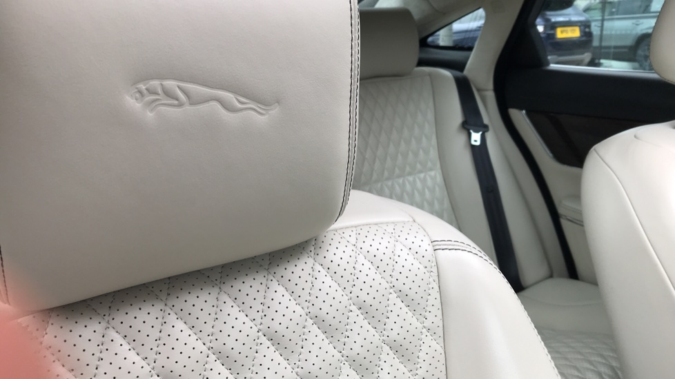 Jaguar XJ 3.0d V6 Portfolio image 18
