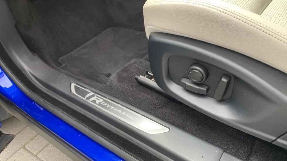 Jaguar E-PACE 2.0d [180] R-Dynamic SE with Rear camera, Meridian Sound System image 10