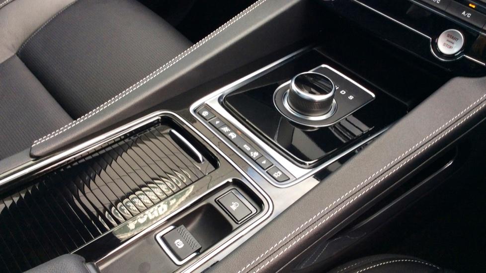 Jaguar F-PACE 2.0d R-Sport 5dr AWD image 15