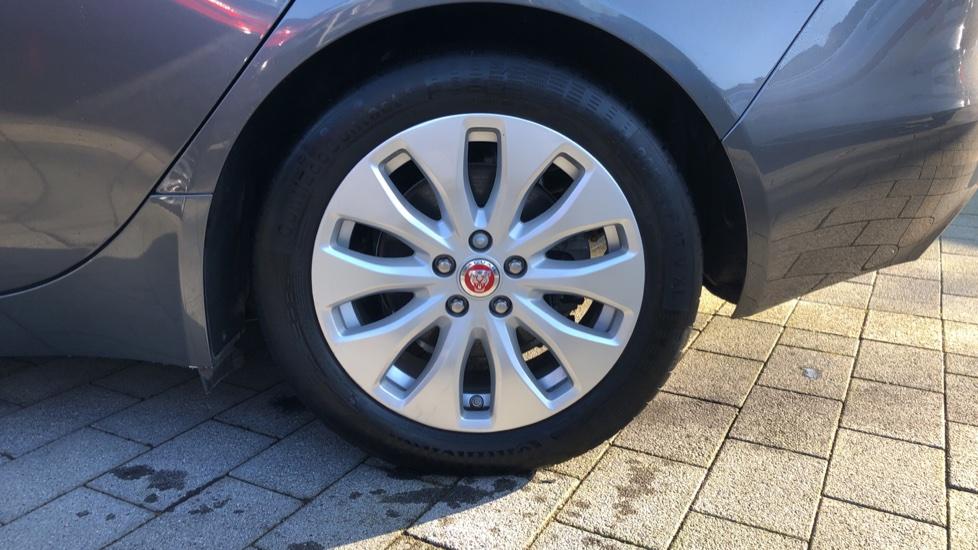 Jaguar XE 2.0d Prestige image 8
