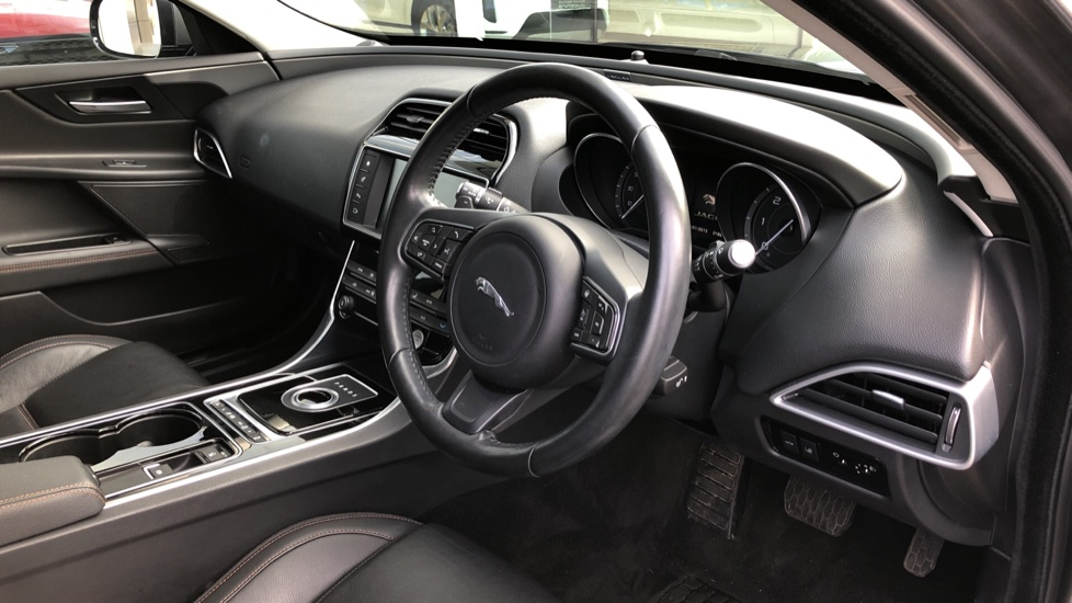 Jaguar XE 2.0d Prestige image 15