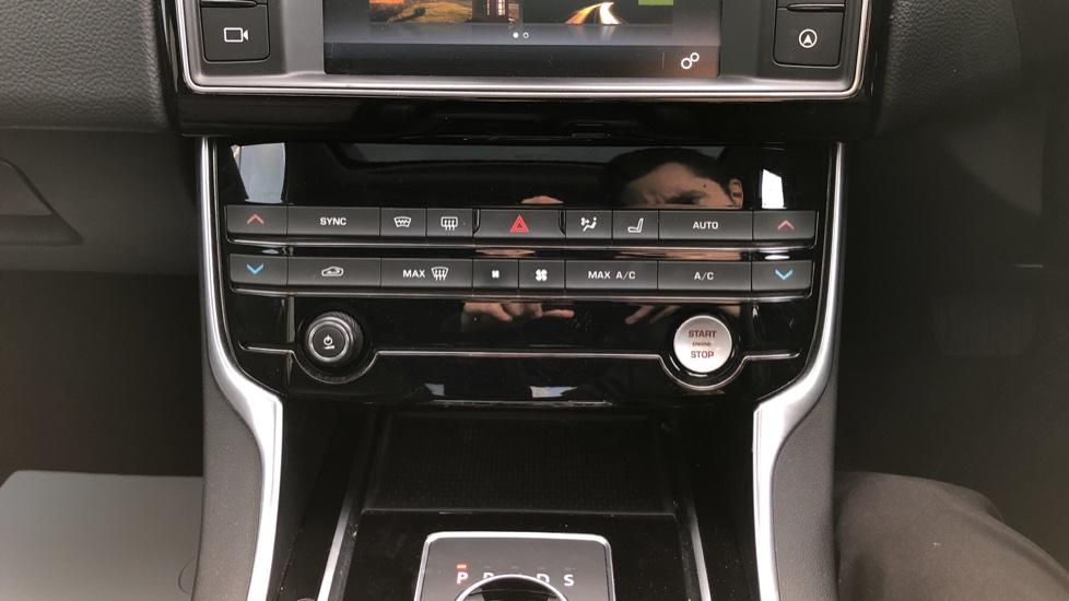 Jaguar XE 2.0d Prestige image 17