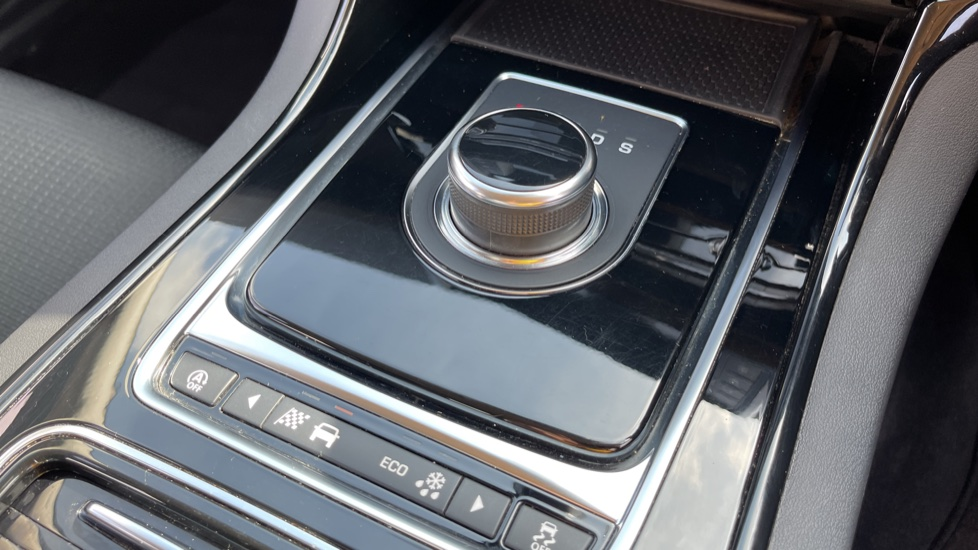 Jaguar XE 2.0d SE Cruise Control and Privacy glass image 10