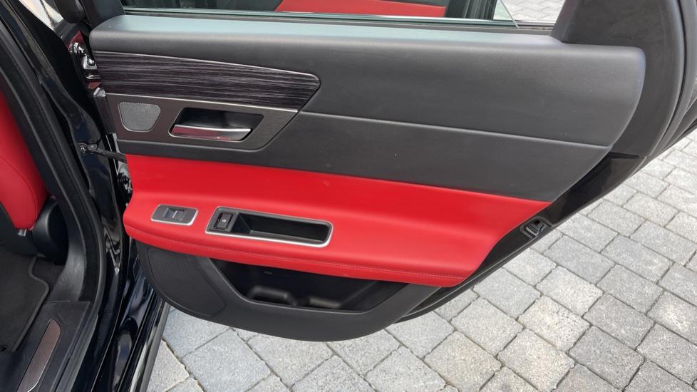 Jaguar XF 3.0d V6 S - Panoramic Roof - Navigation - Cruise Control image 19