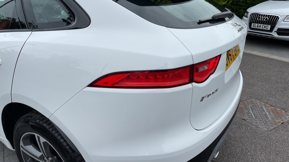Jaguar F-PACE 3.0d V6 S 5dr AWD - Panoramic Sunroof and Heated Steering Wheel image 13