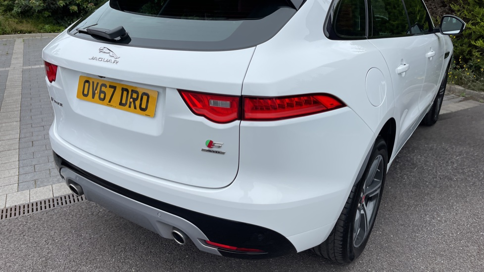 Jaguar F-PACE 3.0d V6 S 5dr AWD - Panoramic Sunroof and Heated Steering Wheel image 14