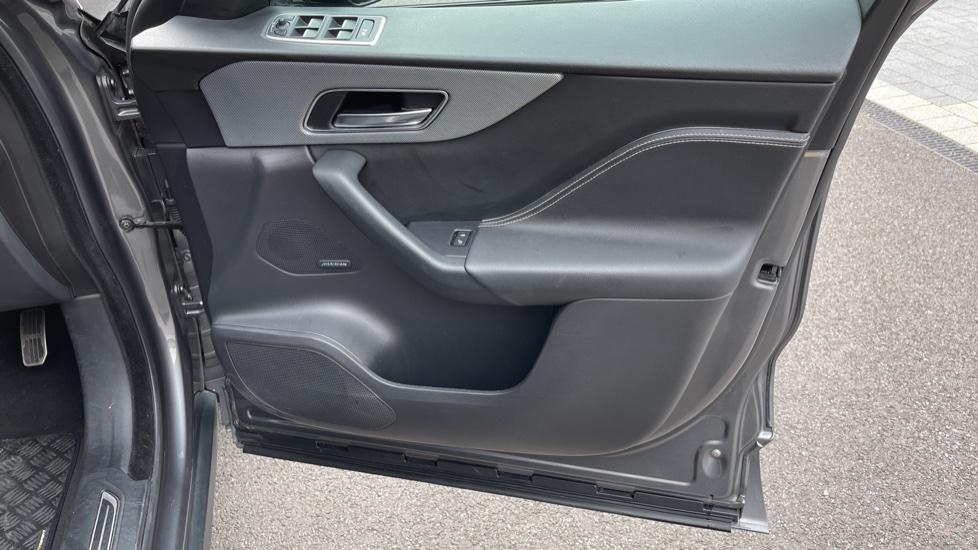 Jaguar F-PACE 3.0d V6 S 5dr AWD Meridian Sound System and mood lighting image 17