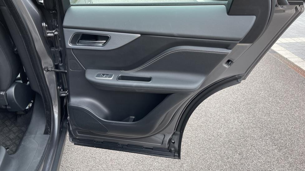 Jaguar F-PACE 3.0d V6 S 5dr AWD Meridian Sound System and mood lighting image 18