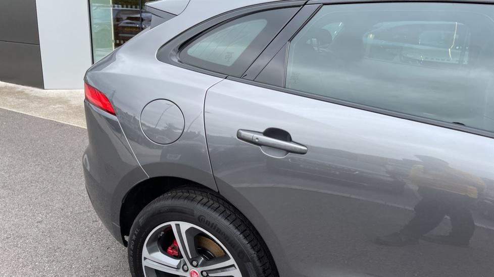 Jaguar F-PACE 3.0d V6 S 5dr AWD Meridian Sound System and mood lighting image 22