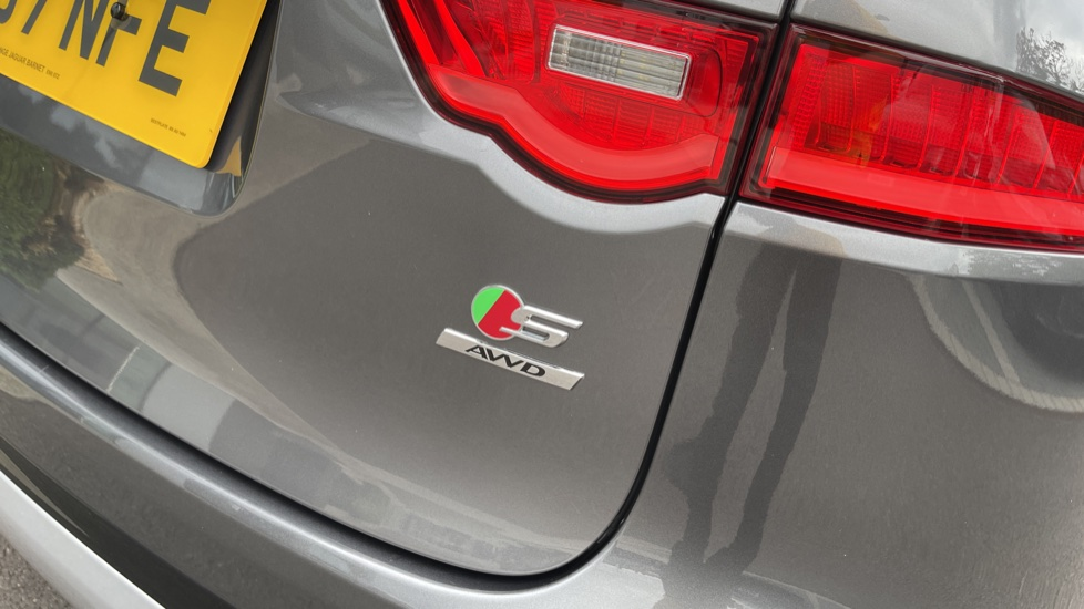 Jaguar F-PACE 3.0d V6 S 5dr AWD Meridian Sound System and mood lighting image 23
