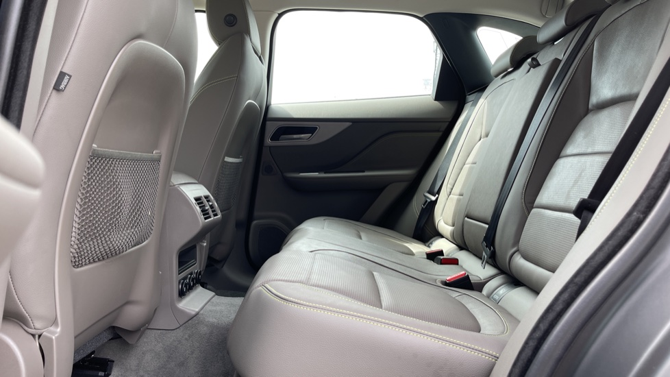 Jaguar F-PACE 2.0d R-Sport 5dr AWD - 19 inch alloys - Navigation - Cruise Control image 4