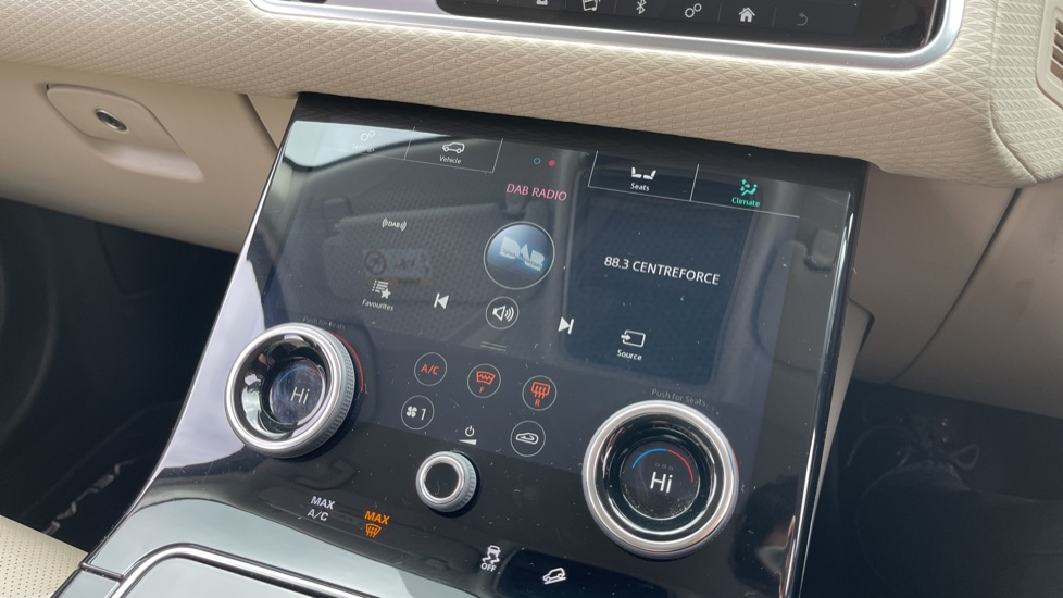 Land Rover Range Rover Velar 2.0 D180 R-Dynamic SE Meridian Surround Sound System and heated windscreen image 11