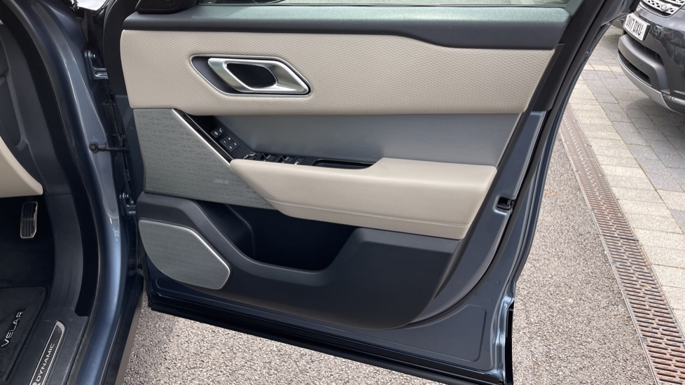 Land Rover Range Rover Velar 2.0 D180 R-Dynamic SE Meridian Surround Sound System and heated windscreen image 17