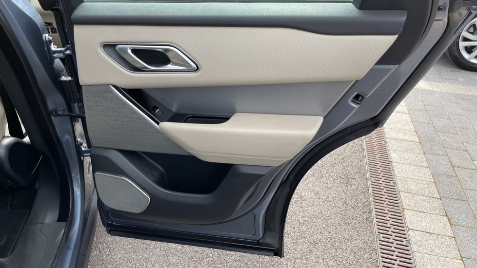 Land Rover Range Rover Velar 2.0 D180 R-Dynamic SE Meridian Surround Sound System and heated windscreen image 18